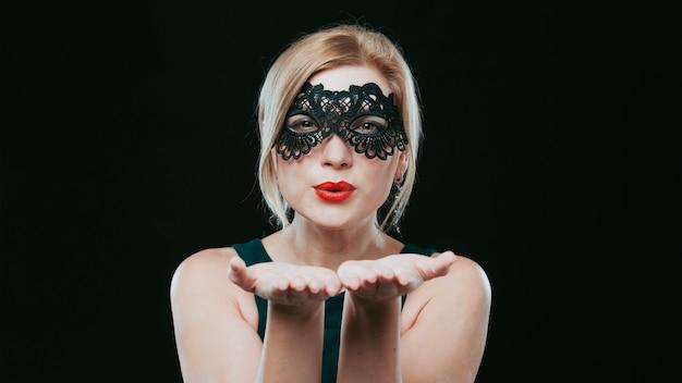 Frau im schwarzen kuss der schwarzen maske