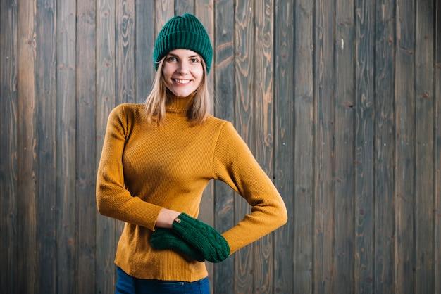 Frau im strickjackehändchenhalten auf hüfte