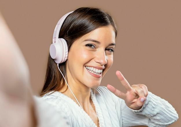 Frau im studio, das musik hört