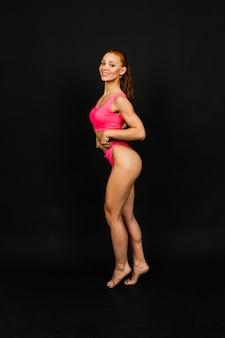 Frau im studio, der körper der schönen fitnesssportfrau ist in einer unterwäsche