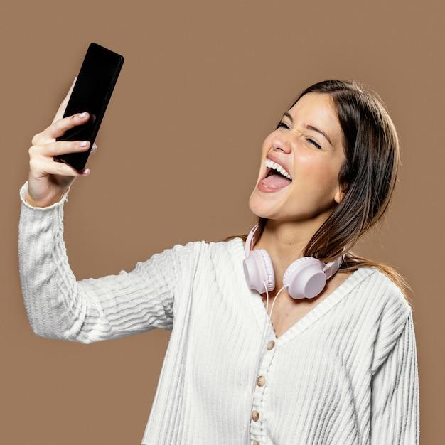 Frau im studio, die ein selbstfoto macht