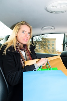 Frau im taxi fahren, sie war einkaufen