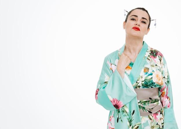 Frau im traditionellen japanischen kimono, die auf weiß genervt und gereizt aussieht