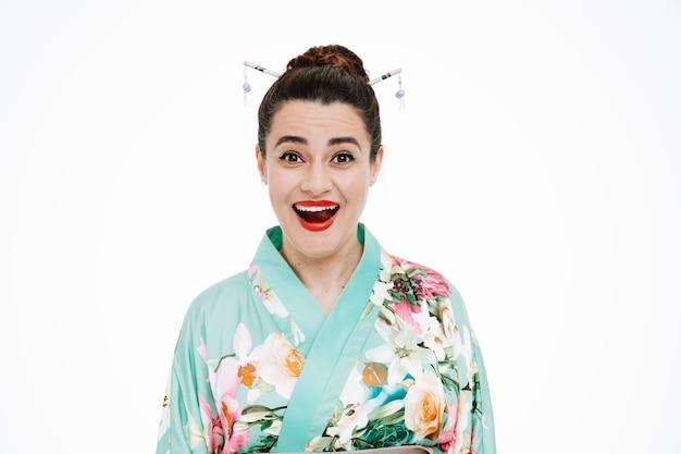 Frau im traditionellen japanischen kimono erstaunt und überrascht auf weiß