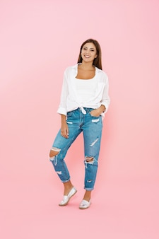 Frau im trendigen frühlingsoutfit. blue jeans und weißes hemd