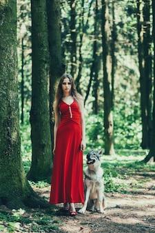 Frau im wald mit einem hund