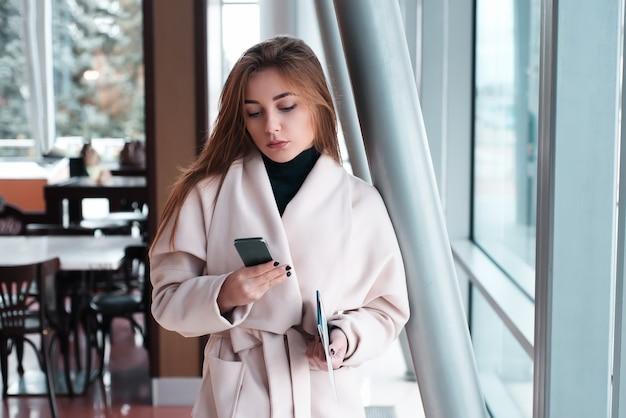 Frau im wartezimmer des internationalen flughafens.