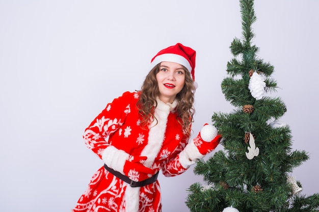 Frau im weihnachtsmannkostüm nahe weihnachtsbaum