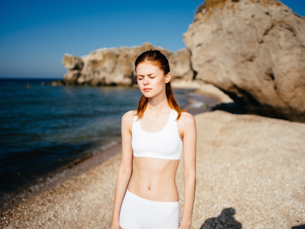 Frau im weißen badeanzugstrandlandschaftslebensstilsommer