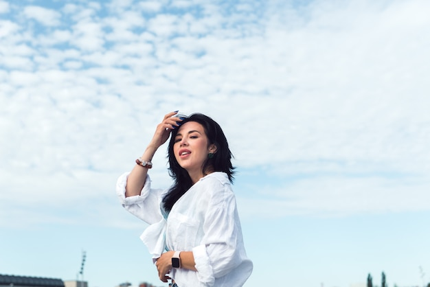 Frau im weißen hemd posiert im freien