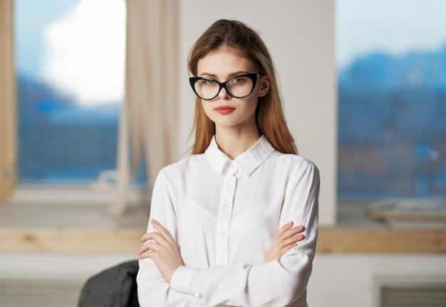 Frau im weißen hemd sekretärin professionelle büroarbeit