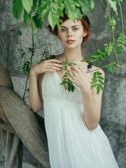 Frau im weißen kleid dekoration mythologie prinzessin glamour sommer