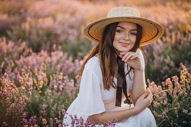Frau im weißen kleid in einem lavendelfeld