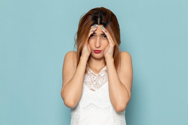 Frau im weißen kleid mit gestresstem ausdruck