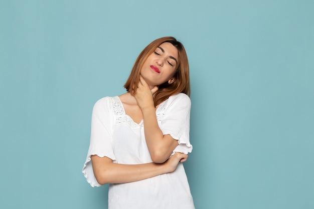 Frau im weißen kleid mit halsschmerzen