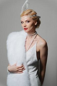 Frau im weißen kleid mit schultergurten und langer pelzstola