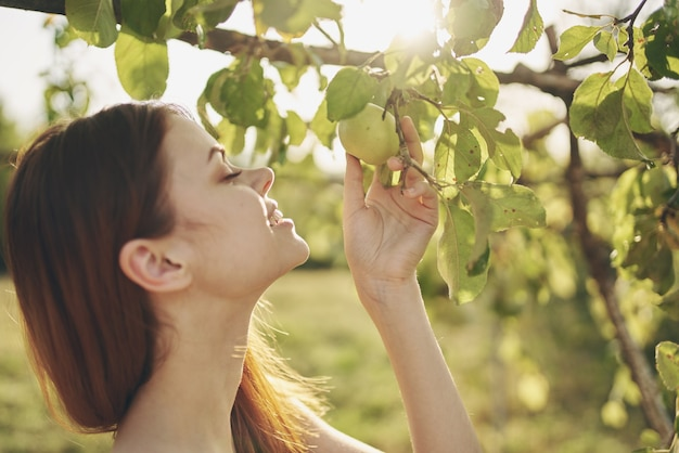 Frau im weißen kleid naturfeld apfelbaum