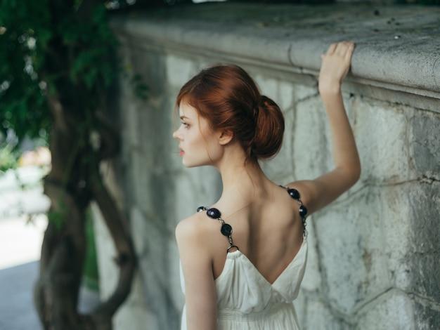 Frau im weißen kleid posiert griechenland-prinzessin natur