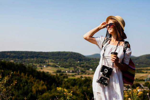 Frau im weißen kleid und in der kamera, die weg schaut