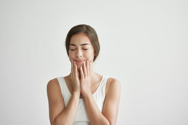 Frau im weißen t-shirt gesundheitsprobleme emotionen depression unzufriedenheit