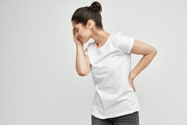 Frau im weißen t-shirt gesundheitsprobleme medizinbehandlung