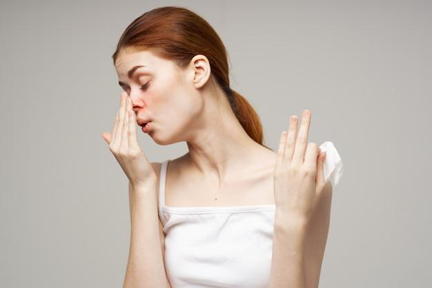 Frau im weißen t-shirt mit schal-nahaufnahme