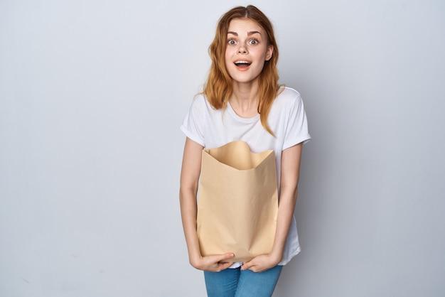 Frau im weißen t-shirt-paket mit lebensmitteleinkaufs-image-star