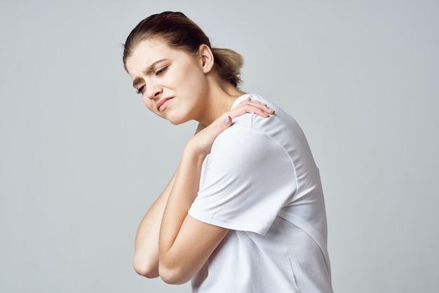 Frau im weißen t-shirt schmerzgesundheitsproblembehandlungskrankenhaus