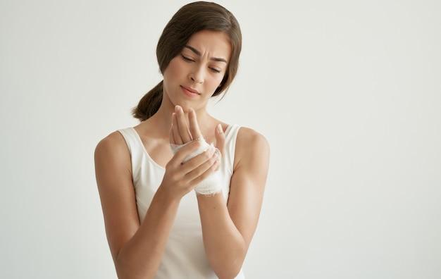 Frau im weißen t-shirt trauma gesundheitsprobleme krankenhaus