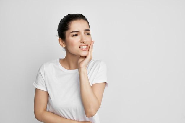 Frau im weißen t-shirt zahnschmerzen unbehagen nahaufnahme