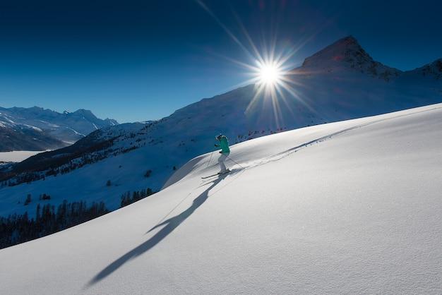 Frau im winter skifahren