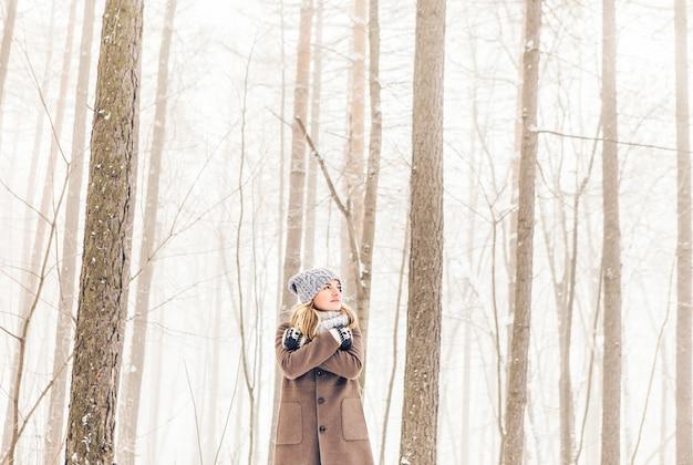 Frau im winterpark