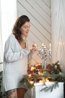 Frau im wohnzimmer am weihnachtstag