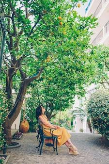 Frau im zitronengarten von sorrent am sommer