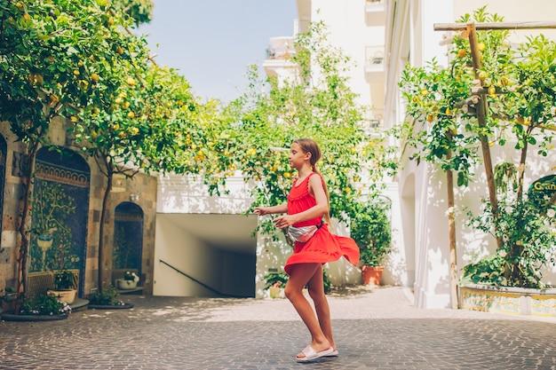 Frau im zitronengarten von sorrent im sommer