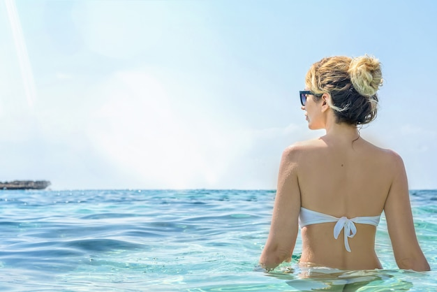 Frau im zypernmeer