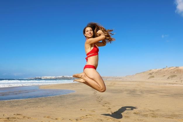 Frau in badebekleidung am strand