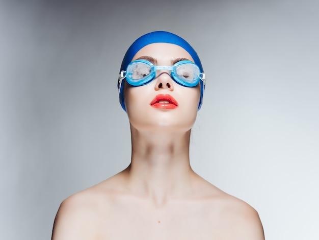 Frau in badebekleidung nackte schultern rote lippen nahaufnahme