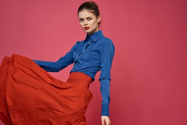 Frau in blauem hemd und roten würfeln auf rosa raumspaßemotionsmodell beschnittene ansicht