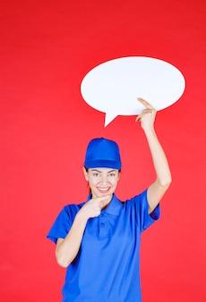 Frau in blauer uniform, die ein ovales ideenbrett hält.