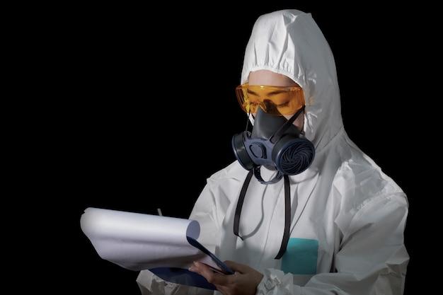 Frau in chemischer schutzkleidung und antigasmaske mit brille am weißen hintergrund, wissenschaftlerin im sicherheitsanzug, sicherheitsvirus-infektionskonzept