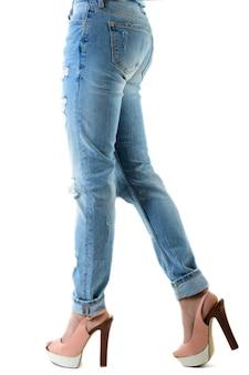 Frau in den heißen rosa hohen absätzen und in den jeans