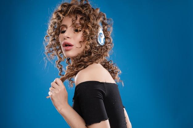 Frau in den kopfhörern, die musik hören und tanzen