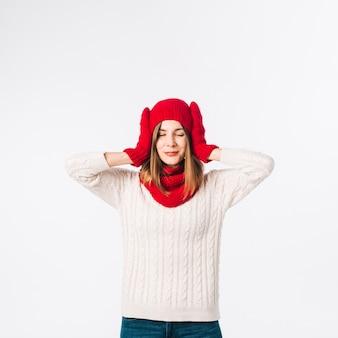 Frau in den strickjacke, die ohren bedeckt