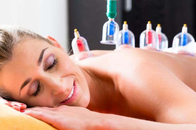 Frau in der alternativen medizinischen schröpfen therapie