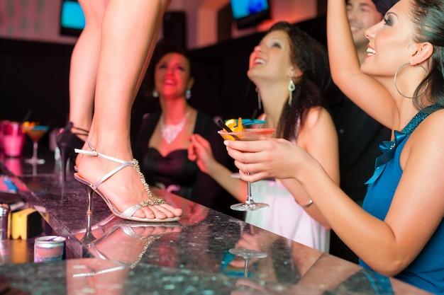 Frau in der bar oder im club tanzt auf dem tisch