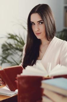 Frau in der bibliothek