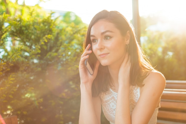 Frau in der cafeteria sprechen am telefon