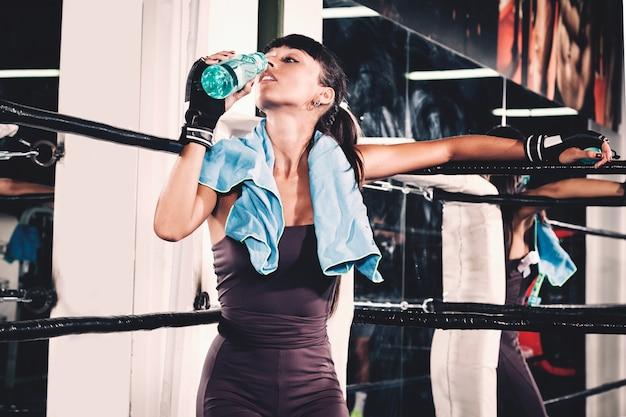 Frau in der ecke des boxrings