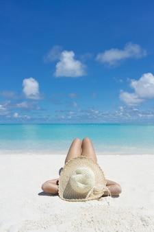 Frau in der entspannung am tropischen strand